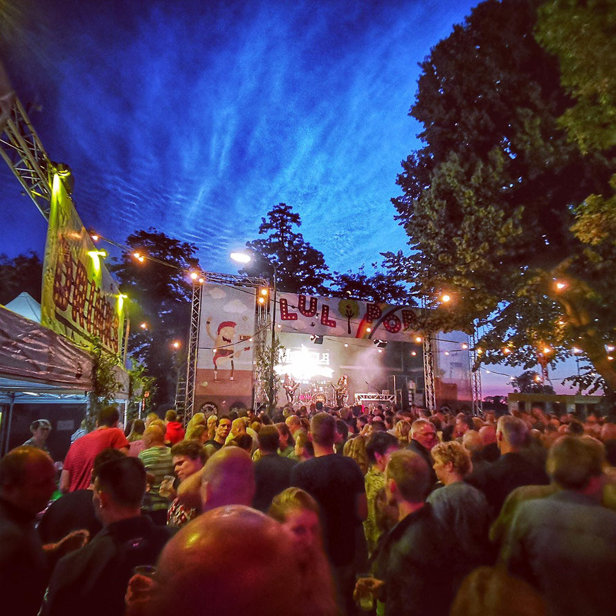 impressie lulboompop festival megen bij oss in de avond
